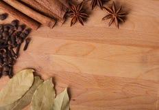 Quadro a composição das especiarias na madeira Foto de Stock
