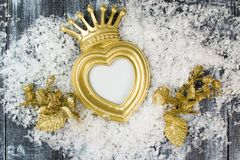 Quadro da coroa do ouro do Natal no fundo de madeira cinzento fotos de stock royalty free