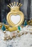 Quadro da coroa do ouro do Natal no fundo de madeira cinzento imagem de stock royalty free