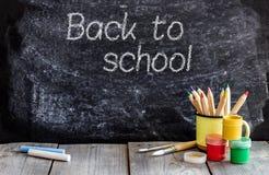 Quadro da escola e tabela de madeira fotos de stock