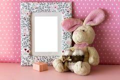 Quadro da foto com coelho da peluche Fotos de Stock