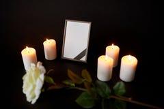 Quadro da foto com fita, a flor e velas pretas Fotos de Stock Royalty Free