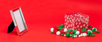 Quadro da foto e caixa de presente vazios do Natal foto de stock