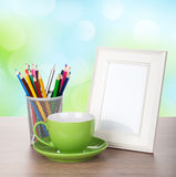 Quadro da foto na tabela de madeira Foto de Stock