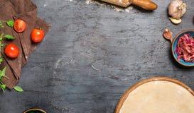 Quadro da massa da pizza com os ingredientes para cozinhar o piz do vegetariano Fotos de Stock Royalty Free
