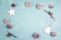 Quadro das decorações brancas do feriado no fundo azul Espaço f fotografia de stock royalty free