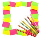 Quadro das etiquetas e dos lápis coloridos fotos de stock royalty free
