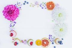 Quadro das flores e das bagas e das tortas do whoopie Vista superior Imagem de Stock Royalty Free