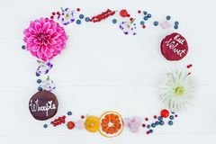 Quadro das flores e os frutos, as flores e as tortas do whoopie Vista superior Fotos de Stock Royalty Free