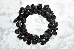 Quadro de ameixas secadas doces no fundo de mármore Fruta saudável fotografia de stock