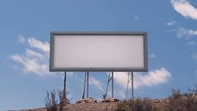 Quadro de avisos contra um céu azul com timelapse branco das nuvens filme