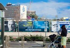 Quadro de avisos da borda da estrada ao lado do estação de caminhos-de-ferro claro no Jerusalém Fotos de Stock Royalty Free