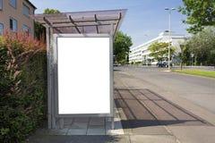 Quadro de avisos da parada do ônibus ou cartaz, branco, vazio com trajeto de grampeamento Fotografia de Stock