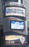 Quadro de avisos de Comcast NBC Universal decorado com Sochi 2014 logotipos olímpicos dos jogos do inverno XXII perto do Times Squ Fotografia de Stock