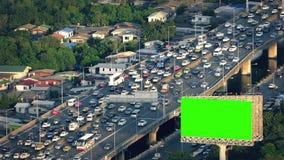 Quadro de avisos de Greenscreen pela estrada ocupada