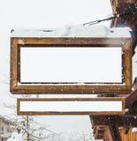 Quadro de avisos de madeira com o coberto de neve com a neve para a montagem da exposição do produto Fotografia de Stock