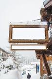 Quadro de avisos de madeira com o coberto de neve com a neve para a montagem da exposição do produto Foto de Stock