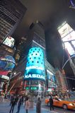 Quadro de avisos do Nasdaq na noite no Times Square, NYC Imagens de Stock Royalty Free