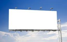 Quadro de avisos em branco com céu azul fotografia de stock