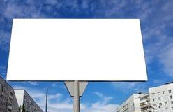 Quadro de avisos em branco de encontro ao céu Fotos de Stock