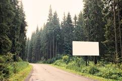 Quadro de avisos em branco na estrada Foto de Stock