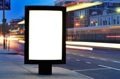 Quadro de avisos em branco na rua da cidade na noite imagem de stock royalty free