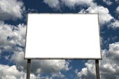 Quadro de avisos em branco sobre o céu nebuloso Imagens de Stock Royalty Free
