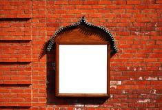 Quadro de avisos na parede de tijolo Imagens de Stock