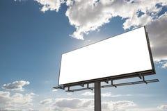 Quadro de avisos - quadro de avisos vazio na frente do céu nebuloso bonito Imagens de Stock Royalty Free