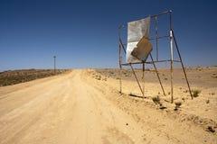 Quadro de avisos quebrado no deserto fotos de stock