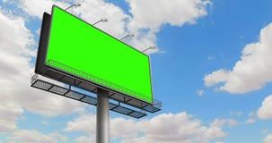 Quadro de avisos vazio com a tela do verde da chave do croma, no céu azul com tempo-lapso das nuvens, propaganda vídeos de arquivo