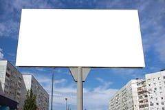 Quadro de avisos vazio contra o céu azul na cidade Fotografia de Stock