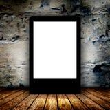 Quadro de avisos vazio na sala escura vazia Imagens de Stock Royalty Free
