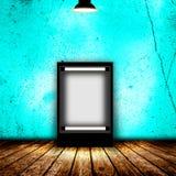 Quadro de avisos vazio na sala escura vazia Imagens de Stock
