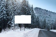 Quadro de avisos vazio para anunciar o cartaz, no fundo de abeto nevado Estação do inverno em uma área montanhosa Fotos de Stock