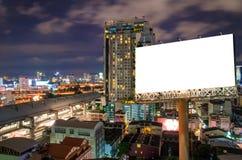Quadro de avisos vazio para a propaganda na cidade do centro na noite foto de stock royalty free