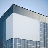 Quadro de avisos vazio que pendura no prédio de escritórios moderno Fotografia de Stock