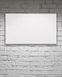 Quadro de avisos vazio sobre a parede de tijolo branca Imagem de Stock Royalty Free