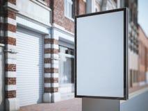 Quadro de avisos vazio vertical na rua da cidade com construções clássicas imagens de stock royalty free