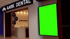 Quadro de avisos verde para seu anúncio ao lado de Aark dental video estoque