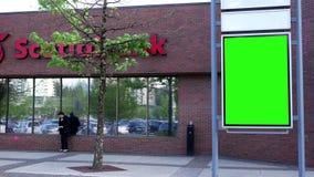 Quadro de avisos verde para seu anúncio ao lado de Scotiabank vídeos de arquivo