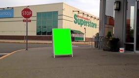 Quadro de avisos verde para seu anúncio na rua com fundo do Superstore vídeos de arquivo