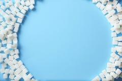 Quadro de cubos do açúcar refinado no fundo da cor, fotos de stock royalty free