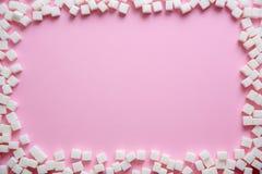 Quadro de cubos do açúcar refinado no fundo da cor imagens de stock royalty free