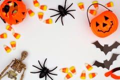 Quadro de Dia das Bruxas de doces e da decoração dispersados sobre o branco imagem de stock