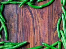 Quadro de feijões verdes no fundo de madeira fotografia de stock royalty free