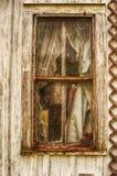 Quadro de janela dilapidado com vidro e cortinas Fotos de Stock