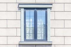 Quadro de janela moderno no fundo branco da parede de tijolo fotos de stock