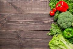Quadro de legumes frescos verdes e vermelhos no fundo de madeira, vista superior fotografia de stock royalty free