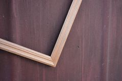 Quadro de madeira bonito para fotos da madeira clara em um fundo marrom metálico com divórcios imagens de stock royalty free